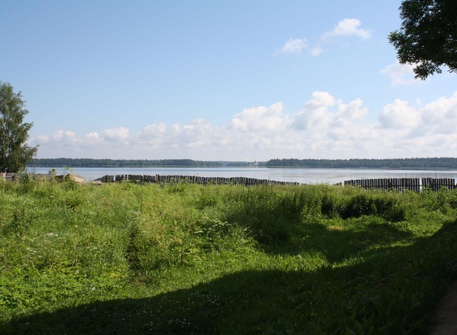 Озеро из переулка
