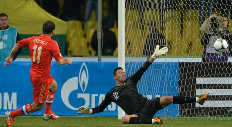Александр Кержаков забивает гол в ворота Португалии. Фото: Илья Питалев, РИА Новости