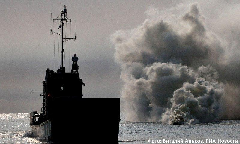Малый десантный корабль подходит к мысу Клерка. Фото: Виталий Аньков, РИА Новости