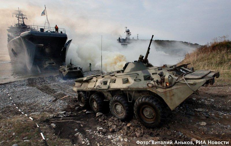 Высадка бронетранспортёров на берегу мыса Клерка в заливе Петра Великого. Фото: Виталий Аньков, РИА Новости