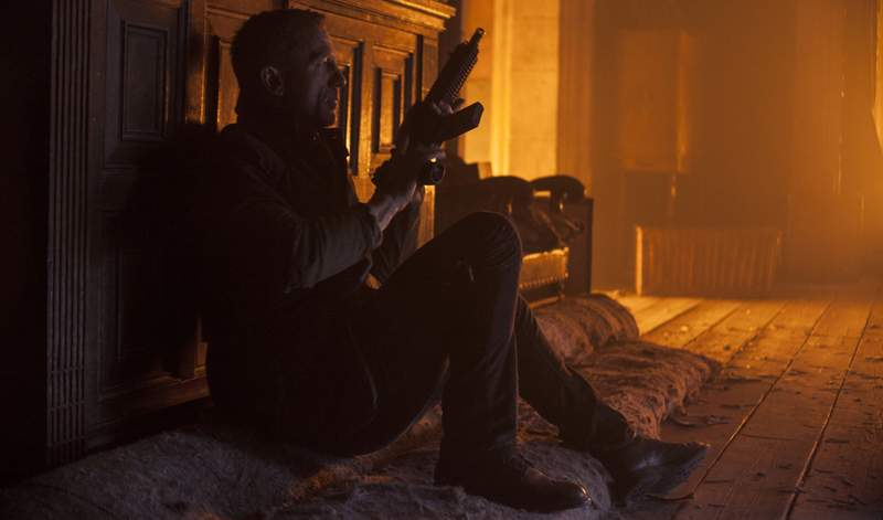 Кадр из фильма: Крэйг отбивается от Бардема с группой товарищей