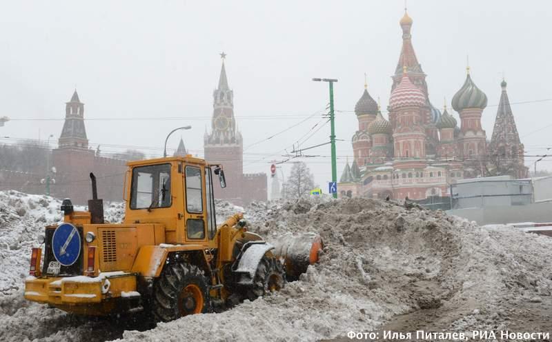 Уборка снега на Красной площади. Фото: Илья Питалев, РИА Новости