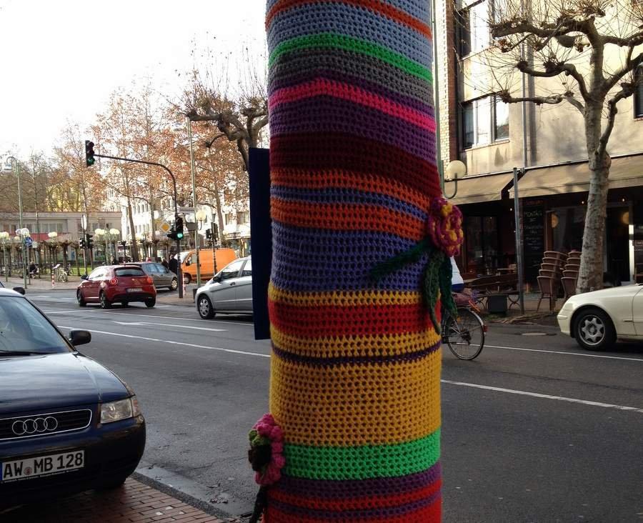 Телеграфный столб в вязаном носке на боннской улице