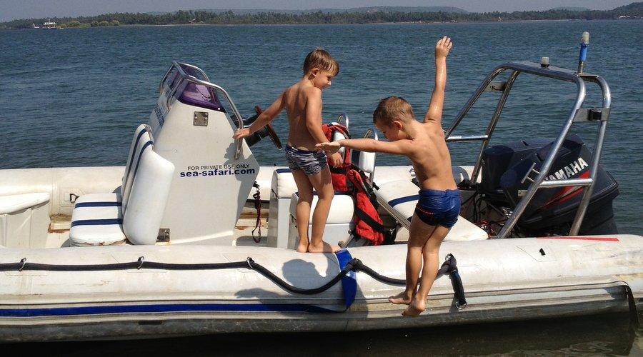 Лева и Саша на лодке