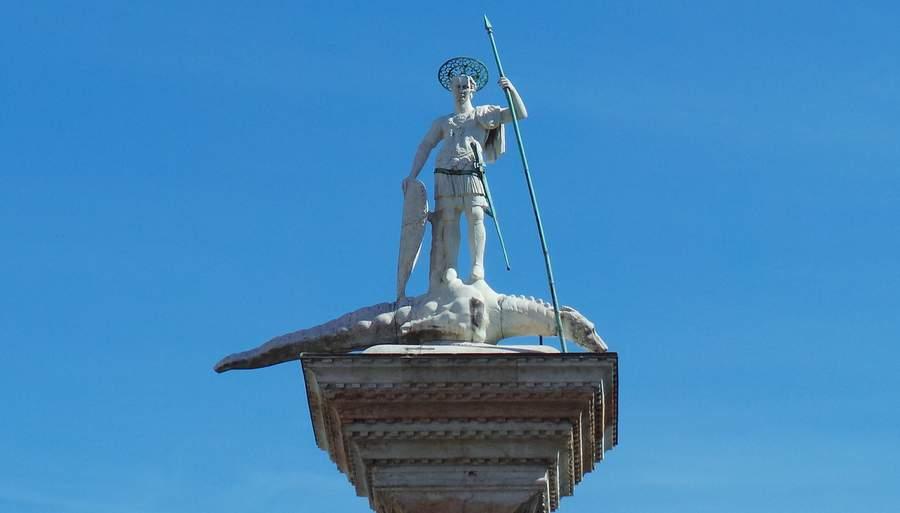 Статуя на западной колонне
