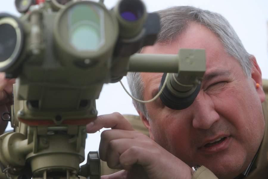 Дмитрий Рогозин изучает социальные сети. Фото Сергея Мамонтова, РИА Новости