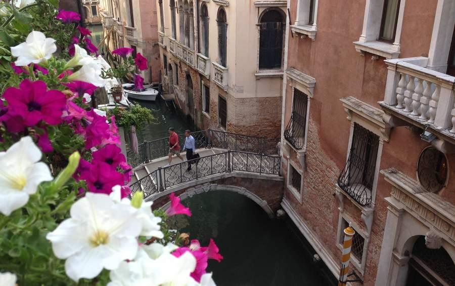 Вид с балкона на гостиницу Ruzzini