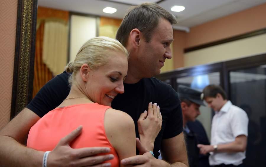 Навальный с женой в зале Кировского облсуда. Фото: Рамиль Ситдиков, РИА Новости