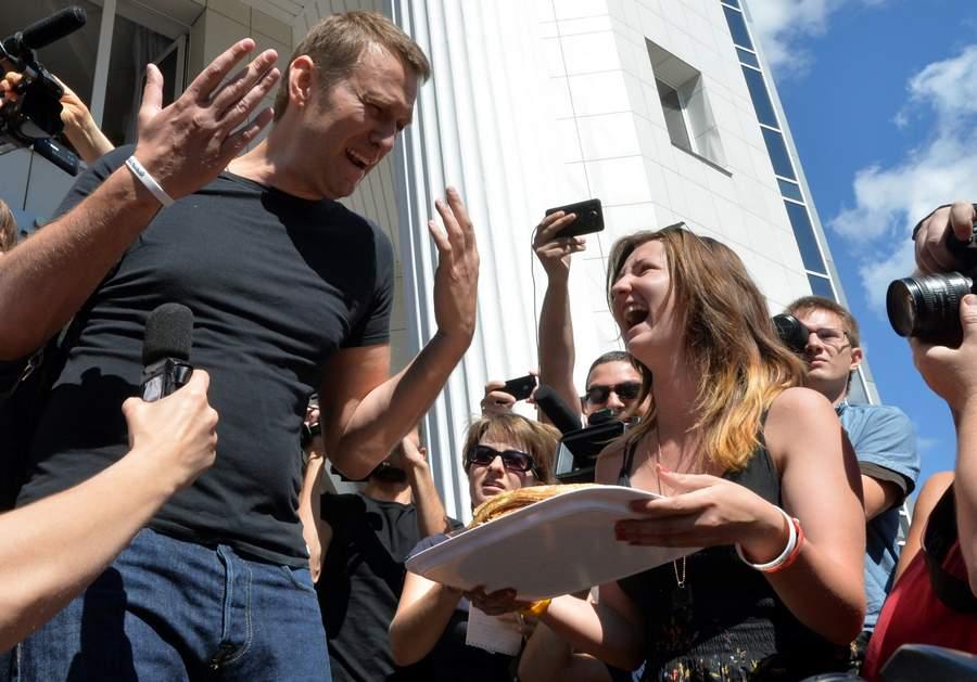 Алексей Навальный выходит из зала суда без наручников. Фото: Илья Питалев, РИА Новости