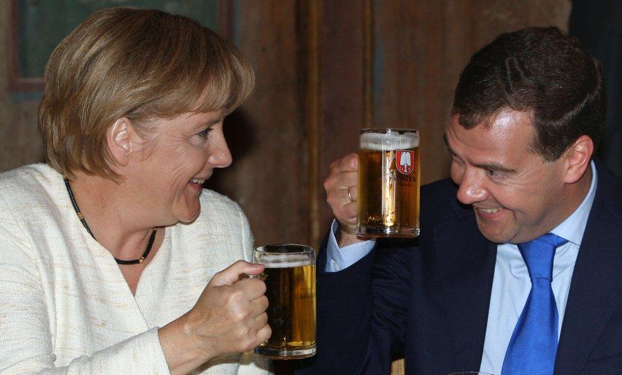 Президент Дмитрий Медведев пьёт пиво с Меркель, 2009. Фото Михаила Климентьева, РИА Новости