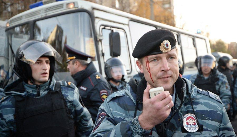 Раненый омоновец. Фото Максима Блинова, РИА «Новости»