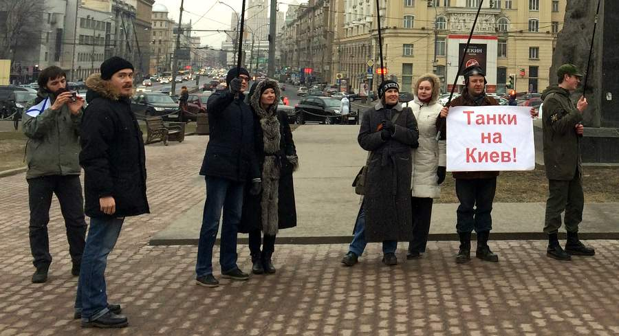 Евразийцы у памятника Маяковскому