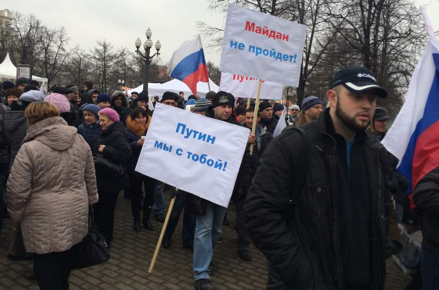 Участники митинга в Новопушкинском сквере