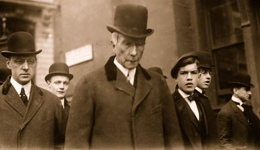 Джон Дэвисон Рокфеллер на нью-йоркской улице, 1908. Фото Buyenlarge