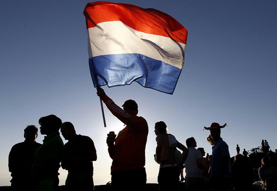 Болельщики голландской сборной празднуют победу над Уругваем, фото AFP