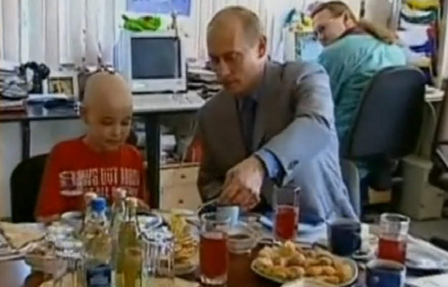 Путин накладывает Диме Рогачёву блины. Архивная съёмка 2005 года