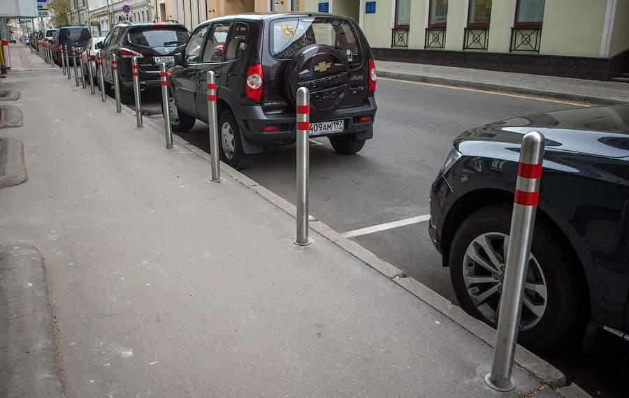 Столбики защищают тротуар от парковки. Фото Ильи Варламова