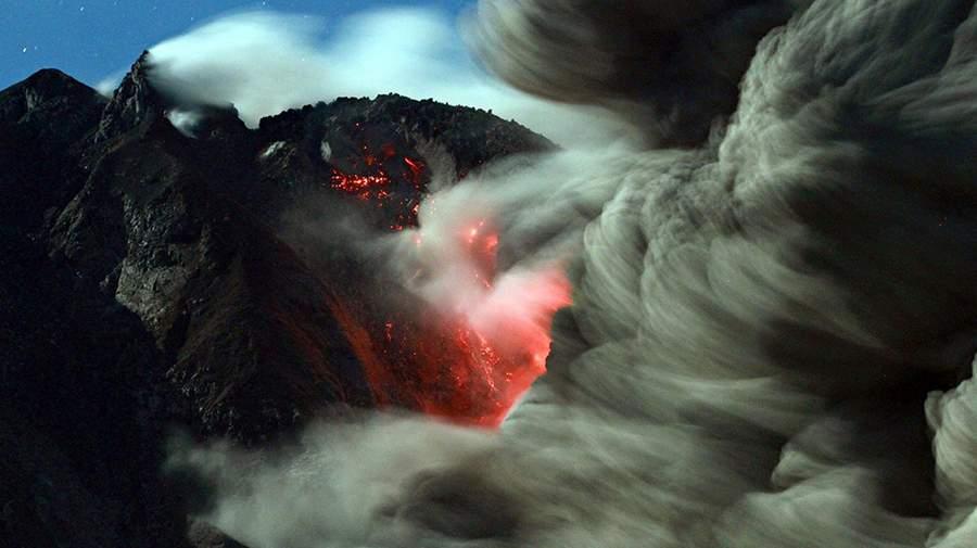 Извержение вулкана Синабонг на Суматре