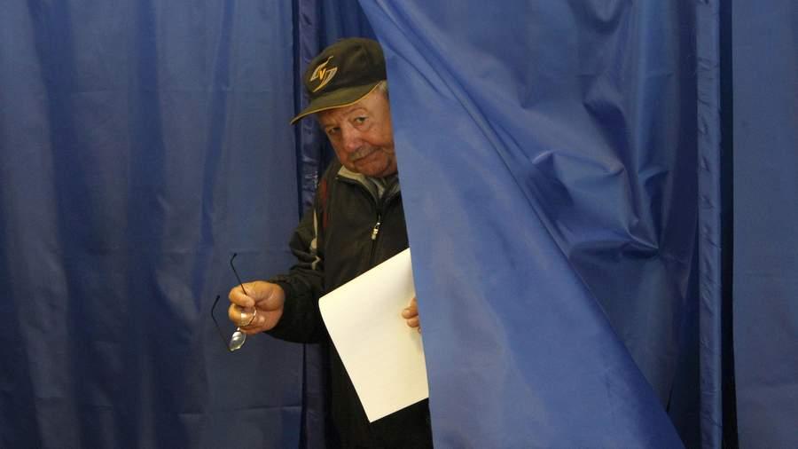 Избиратель на участке в Киеве