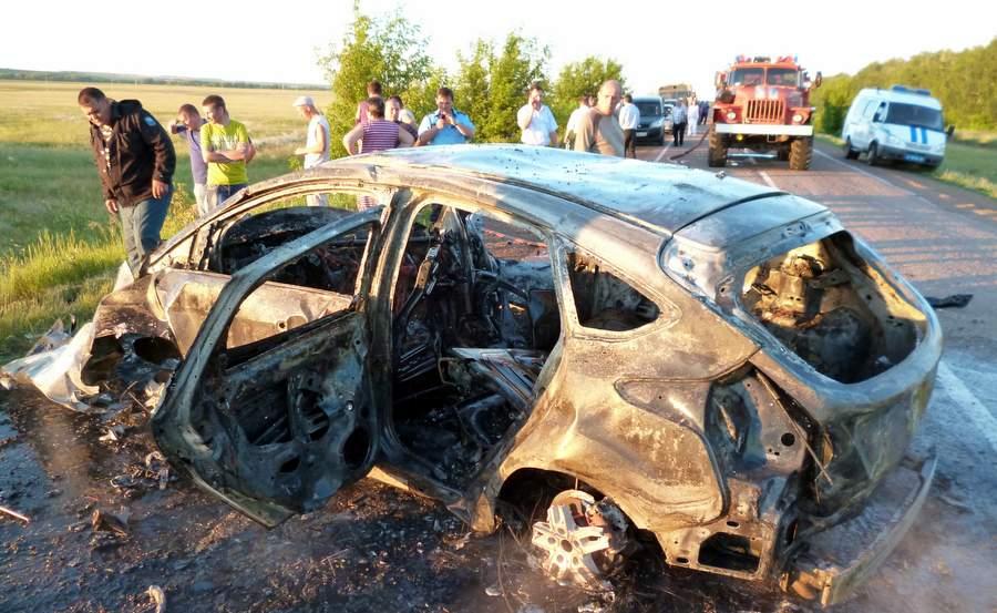 В этой машине при выезде на встречную полосу погибли два сотрудника СКР. Фото: ГУ МЧС по Оренбургской области