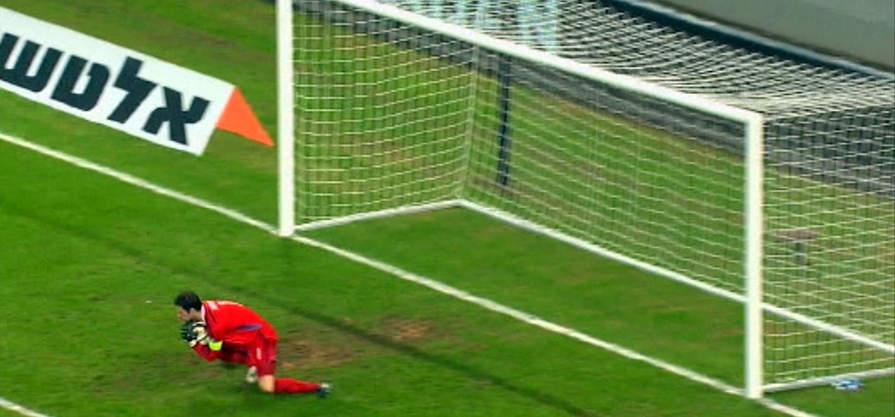 Боснийский вратарь Бегович делает сейв