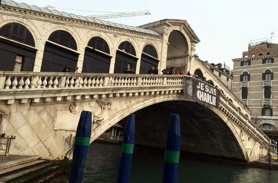 Плакат Je Suis Charlie на мосту Риальто