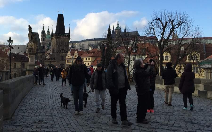 Туристы на Карловом мосту в Праге