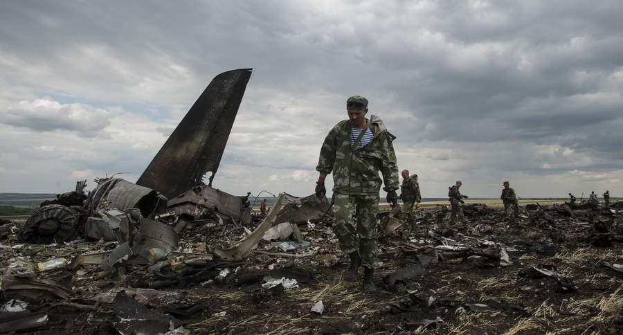 В сбитом транспортнике Ил-76 в аэропорту Луганска погибло 49 военнослужащих и членов экипажа. Фото: Евгений Малолетка, AP