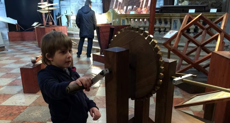 Лёва крутит механизм Леонардо в церкви Св. Варнавы