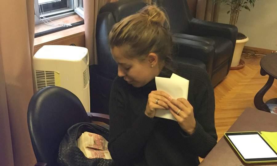 Кристина Потупчик считает деньги за победу над врагом