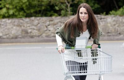 Кейт Миддлтон около супермаркета