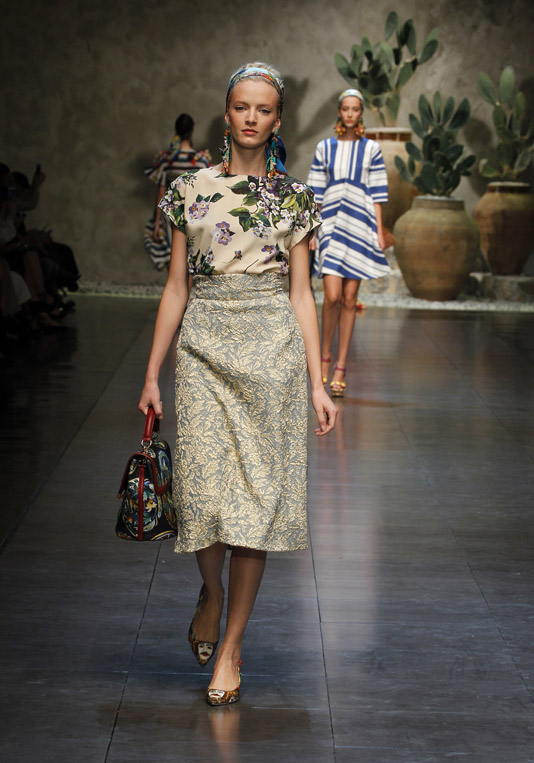 Dolce-and-gabbana-ss-2013-women-fashion-show-runway-sicily-folk-photo-27