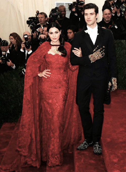 monica-bellucci-and-roberto-bolle-met-gala-2014-in-dolce-and-gabbana-new2