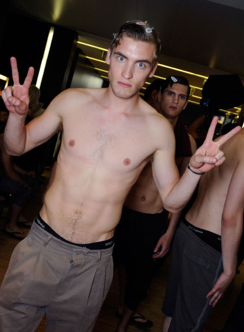 male-models-backstage-dolce-and-gabbana-spring-summer-2015-photos05