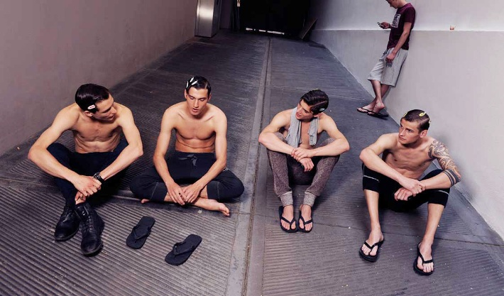 male-models-backstage-dolce-and-gabbana-spring-summer-2015-photos14