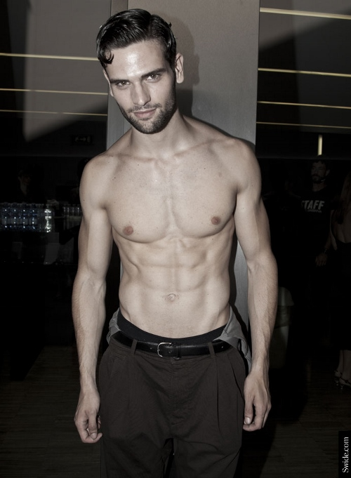 male-models-shirtless-backstage-dolce-and-gabbana-spring-summer-2015-09 (500x681)