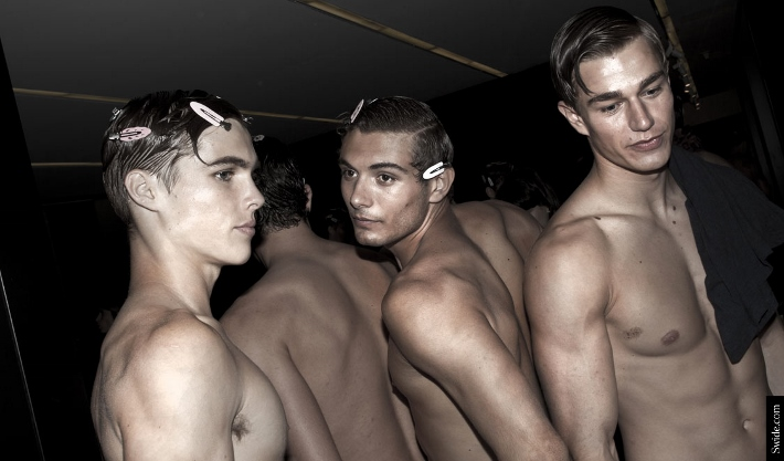male-models-shirtless-backstage-dolce-and-gabbana-spring-summer-2015-13 (710x417)