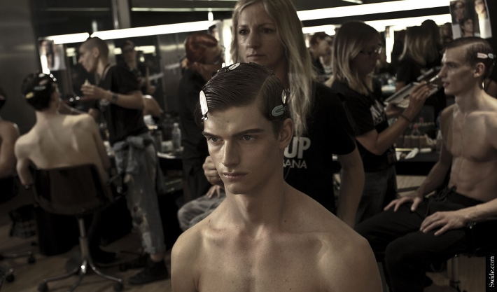 male-models-shirtless-backstage-dolce-and-gabbana-spring-summer-2015-16 (710x417)