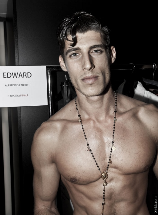 male-models-shirtless-backstage-dolce-and-gabbana-spring-summer-2015-32 (521x710)
