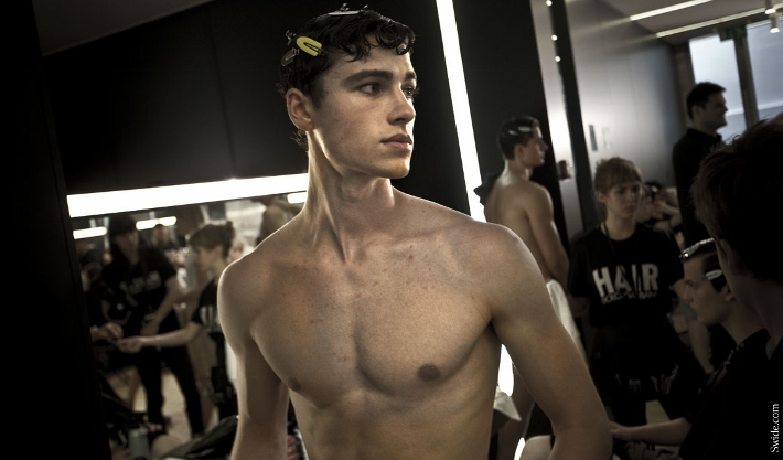male-models-shirtless-backstage-dolce-and-gabbana-spring-summer-2015-36 (710x417)