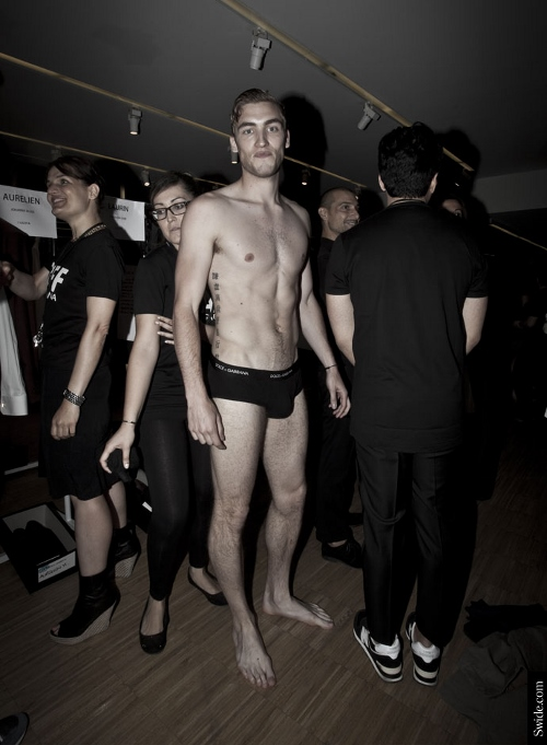 male-models-shirtless-backstage-dolce-and-gabbana-spring-summer-2015-38 (500x681)