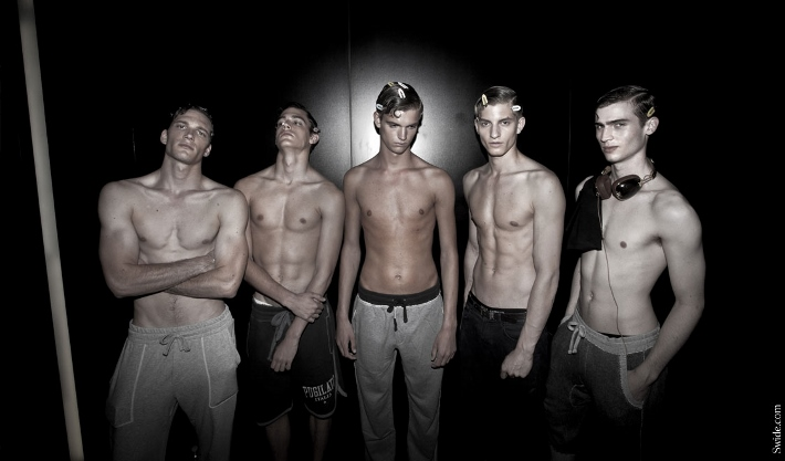 male-models-shirtless-backstage-dolce-and-gabbana-spring-summer-2015-39 (710x417)