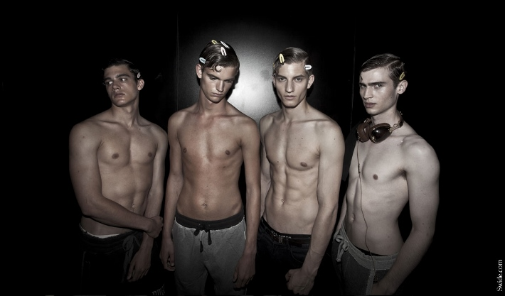 male-models-shirtless-backstage-dolce-and-gabbana-spring-summer-2015-40 (710x417)