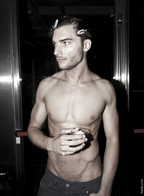 male-models-shirtless-backstage-dolce-and-gabbana-spring-summer-2015-43 (500x681)