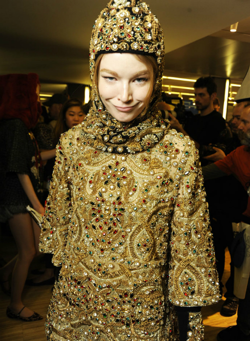 dolce-and-gabbana-fall-winter-2014-2015-women-fashion-show-backstage-pictures-14