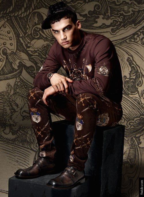 dolce-and-gabbana-fall-winter-2014-2015-man-medieval-prints-velvet-trousers