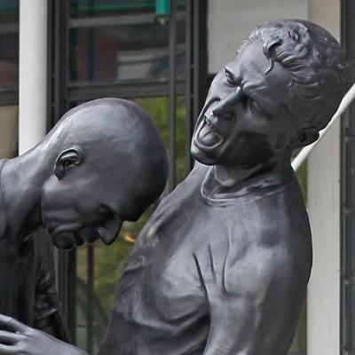 Удар головой Зинедина Зидана, скульптура