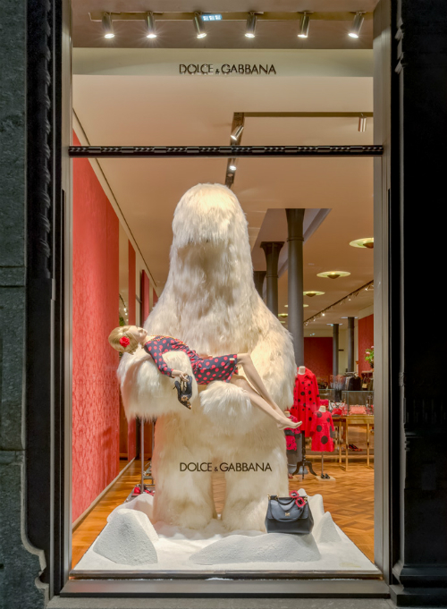 yeti-spotted-in-milan-in-the-dolce-and-gabbana-windows-02