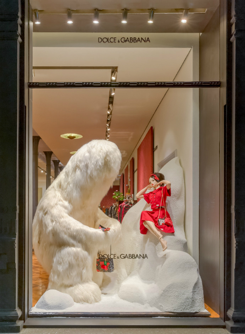 yeti-spotted-in-milan-in-the-dolce-and-gabbana-windows-03