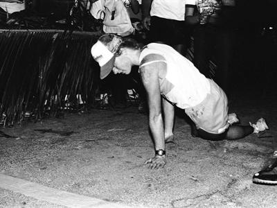 Джули Мосс ползет к финишу в 1982 году